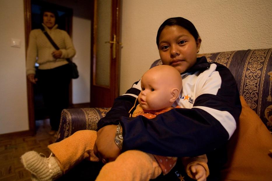 en casa con hija y muñeco