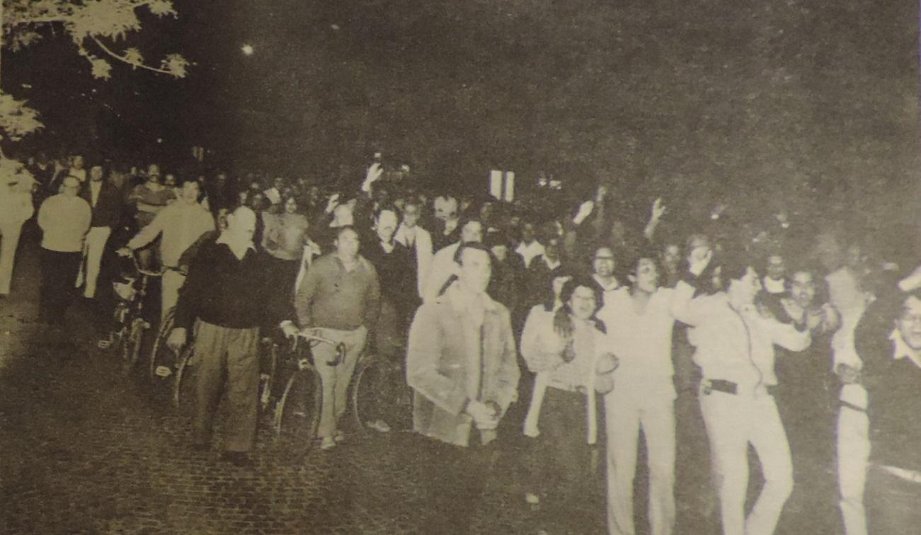 Foto en blanco y negro de un grupo de gente  Descripción generada automáticamente