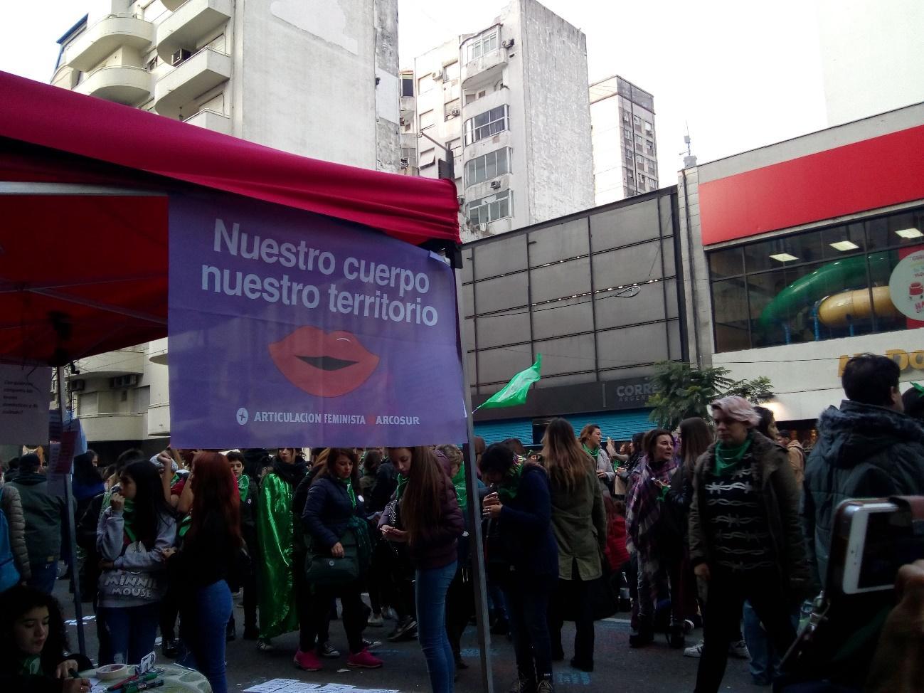 Una multitud de gente en la calle  Descripción generada automáticamente