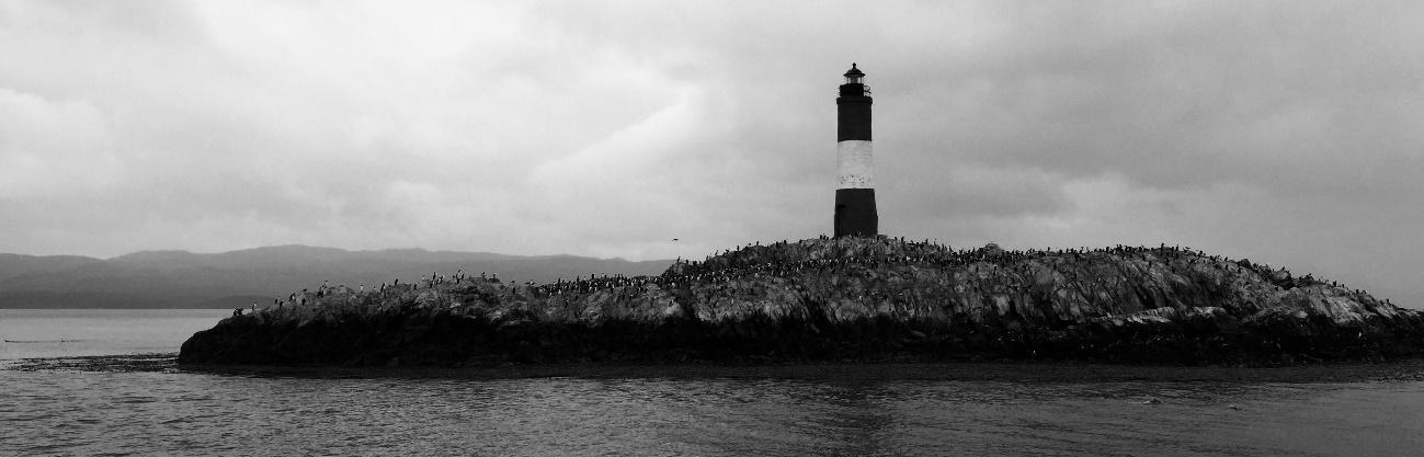 Imagen en blanco y negro de una torre  Descripción generada automáticamente